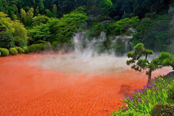 Красное озеро в Японии