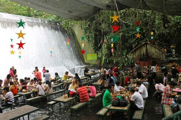 Филиппины, Ресторан в водопаде